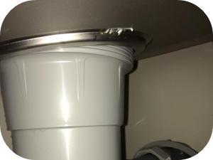 台所の床から水漏れしている時の対処法とその原因