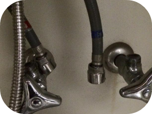 洗面台のシャワーホースから水漏れしている場合の対処法