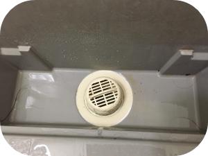 風呂の排水溝から来る臭いの原因とその対処法